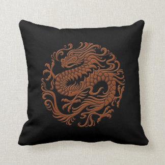 Brown tradicional y círculo chino negro del dragón cojín