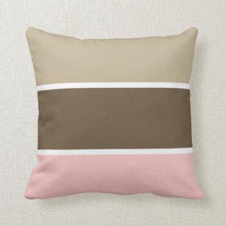 Brown y almohada rayada del rosa