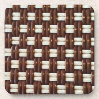 Brown y armadura de cesta blanca posavasos