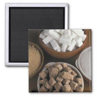Brown y azúcares blancos en cubos y polvo imán cuadrado