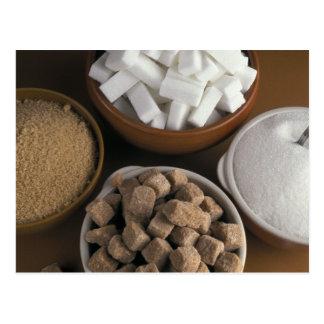 Brown y azúcares blancos en cubos y polvo postales