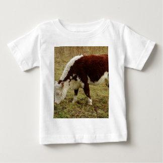Brown y camiseta blanca del niño del becerro