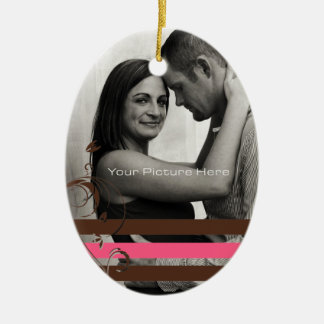 Brown y compromiso rosado de la foto adorno navideño ovalado de cerámica