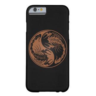 Brown y escorpiones negros de Yin Yang Funda Barely There iPhone 6