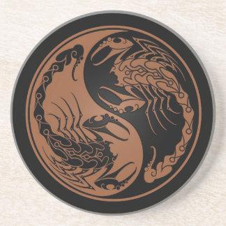Brown y escorpiones negros de Yin Yang Posavasos Para Bebidas