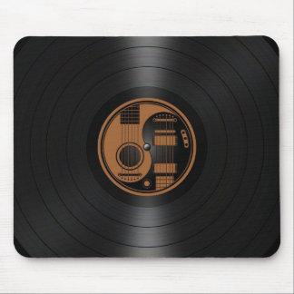 Brown y gráfico negro del vinilo de las guitarras  alfombrilla de ratones