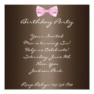 Brown y invitación del cumpleaños del arco del