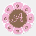 Brown y monograma rosado A Etiqueta Redonda