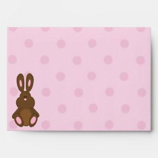 Brown y sobres rosados de los lunares del conejito
