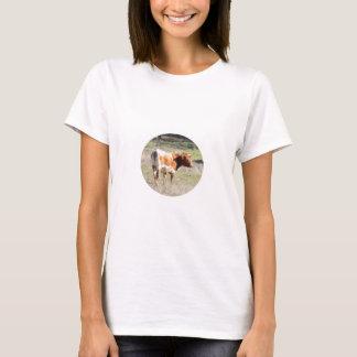 Brown y vaca blanca en la ropa playera