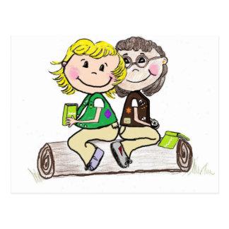 Brownie menor del girl scout al aire libre postal