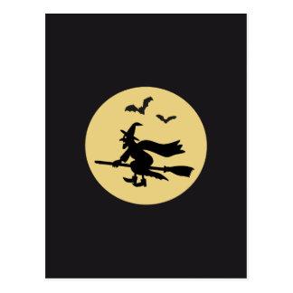 Bruja antes de la luna volando tarjeta postal