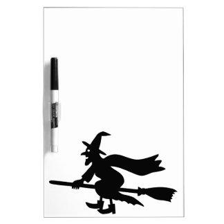 Bruja con la escoba vuela pizarra blanca