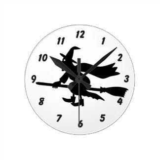 Bruja con la escoba vuela reloj redondo mediano