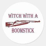 Bruja con un boomstick 2 pegatinas redondas