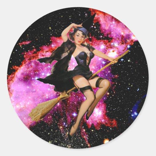 Bruja cósmica atractiva de Halloween Pegatina Redonda