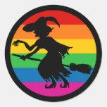 Bruja de Halloween del arco iris Pegatina Redonda