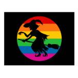 Bruja de Halloween del arco iris Postal