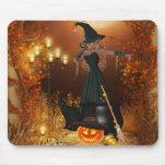 Bruja de Halloween del otoño Tapetes De Raton