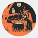 Bruja de Halloween del vintage con los pegatinas Pegatina Redonda