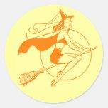 Bruja de Halloween del vintage Etiquetas Redondas