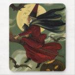 Bruja de Halloween del vintage que monta una escob Alfombrillas De Raton