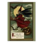 Bruja de Halloween del vintage que monta una Tarjeta De Felicitación