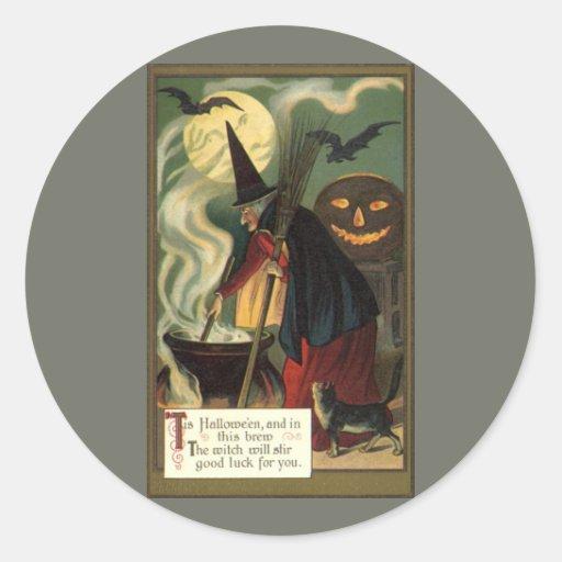 Bruja de Halloween del vintage que revuelve la Pegatina Redonda