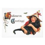 Bruja de Halloween del vintage que sostiene un gat