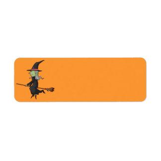 Bruja de Halloween en la escoba Etiqueta De Remitente