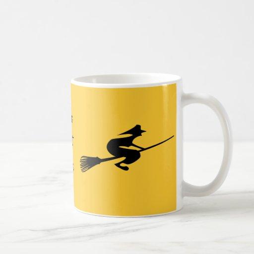 Bruja de Halloween en la taza de café del té del