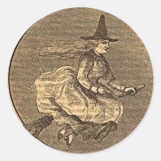 Bruja de Halloween en una escoba Etiquetas Redondas