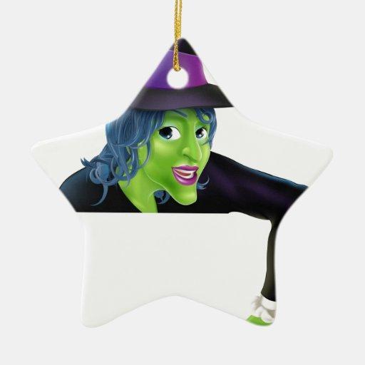 Bruja de Halloween que señala abajo Adorno De Navidad
