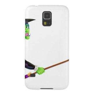 Bruja de Halloween que señala con la escoba Fundas Para Galaxy S5