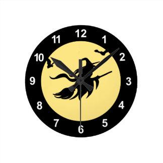 Bruja de Halloween Reloj Redondo Mediano