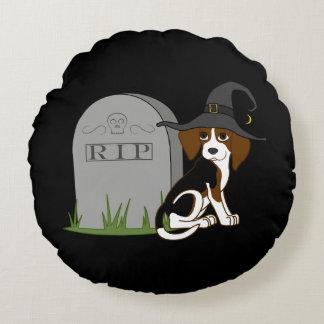 Bruja del beagle con la piedra del sepulcro del cojín redondo