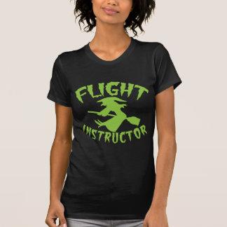 Bruja del instructor del vuelo en un palo de remeras