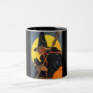 Bruja del vintage con el gato negro taza de dos tonos