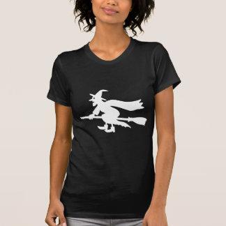 Bruja en escobas camiseta