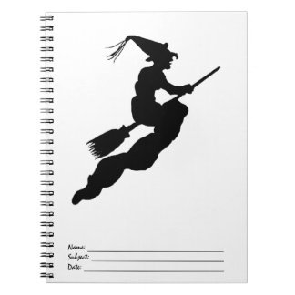 Bruja en vuelo en silueta de la escoba libros de apuntes con espiral