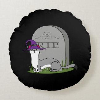 Bruja gris del armiño con la piedra del sepulcro cojín redondo