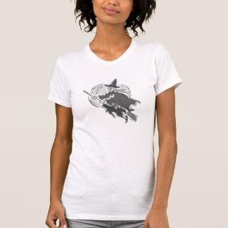 Bruja gris delante de la luna camisetas