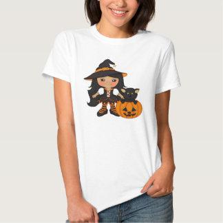 Bruja linda de Halloween con el gato y una Playera