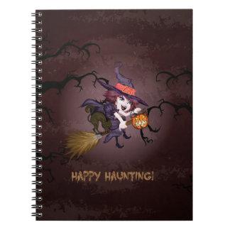 Bruja linda de Halloween en el palo de escoba y la Note Book