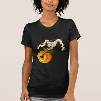 Bruja linda en una calabaza camiseta