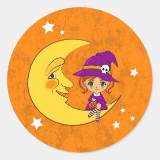 Bruja linda que se sienta en la luna pegatina redonda