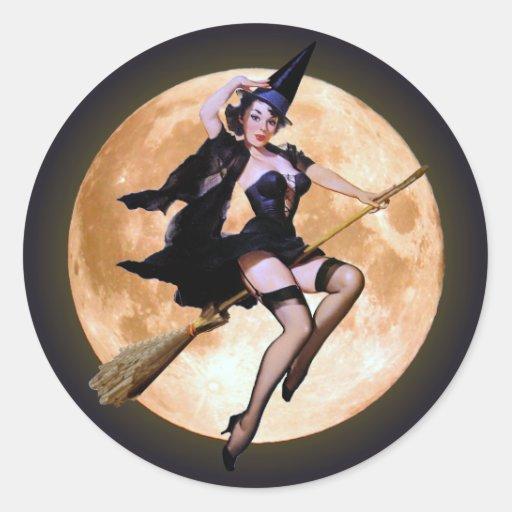 Bruja Pin-Para arriba contra una luna de cosecha Pegatina Redonda