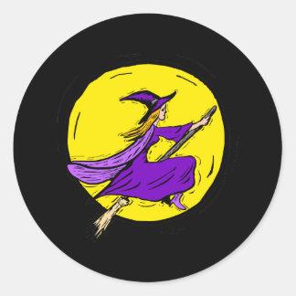 Bruja púrpura a través de la luna pegatina redonda