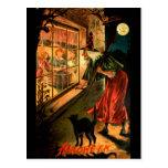 Bruja que mira a través de ventana tarjeta postal