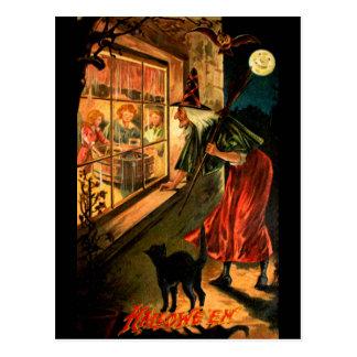 Bruja que mira a través de ventana postal